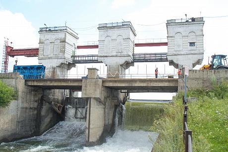 Уровень Беловского водохранилища регулируется двумя затворами, установленными на плотине. Необходимо лишь удерживать стабильный уровень в диапазоне от 188,6 до 189,65 метров БС.